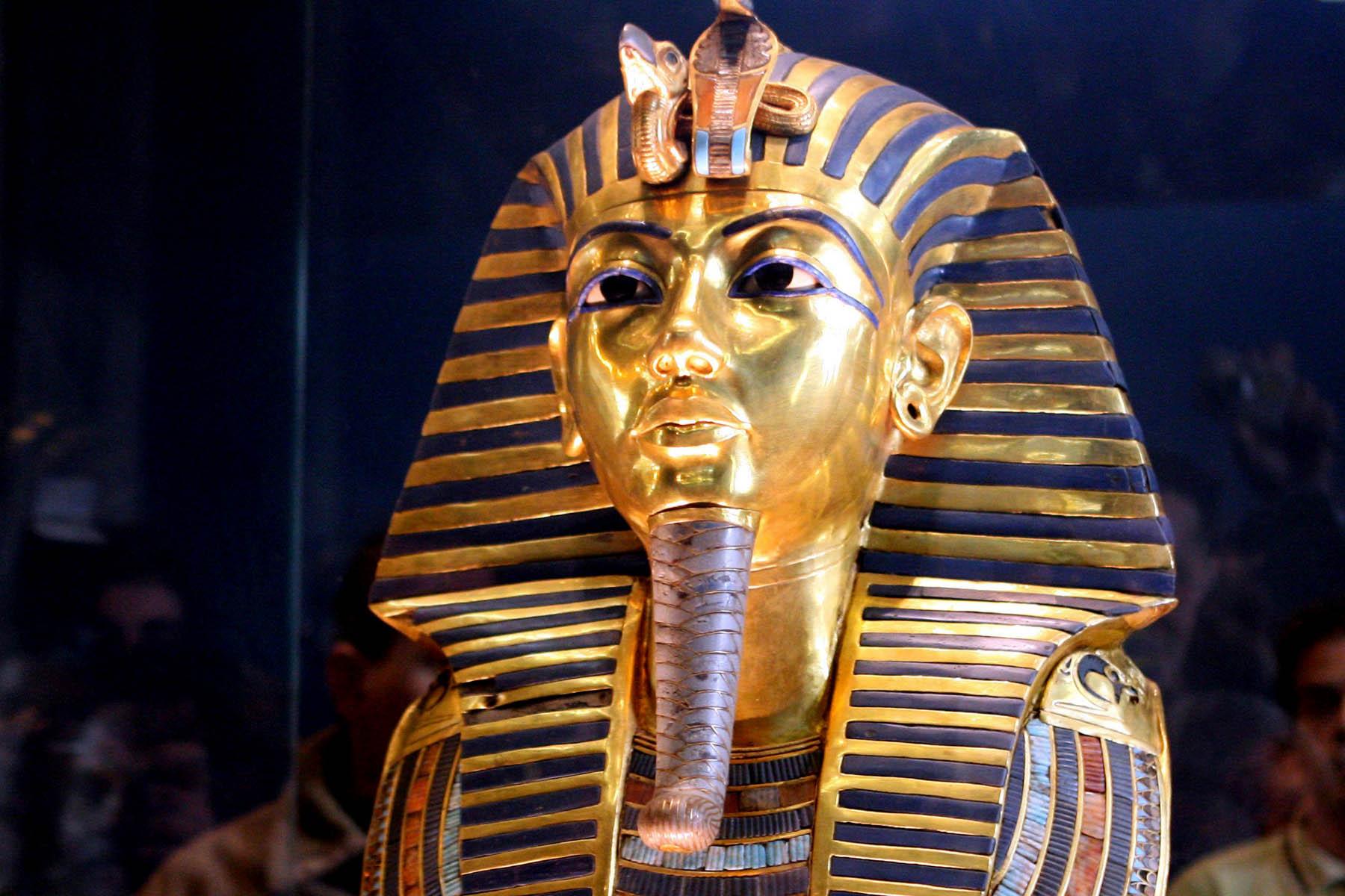 tutankamonun sakalını kırıldı ve yanlış yapıştırıcı ile yapıştırıldı