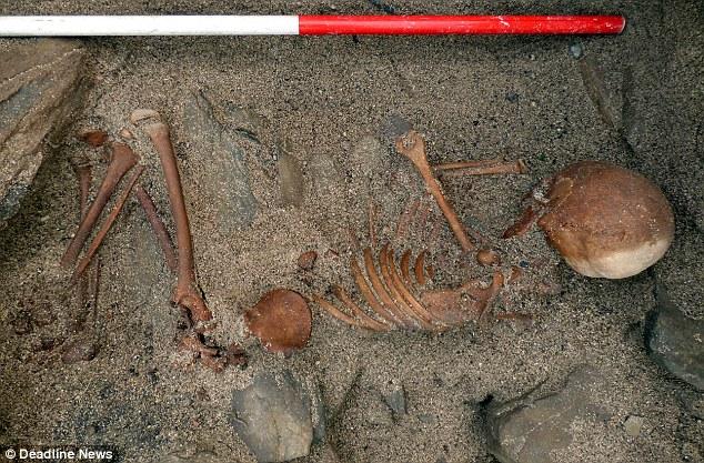 iskoçya'da fırtınanın ortaya çıkarttığı iskelet