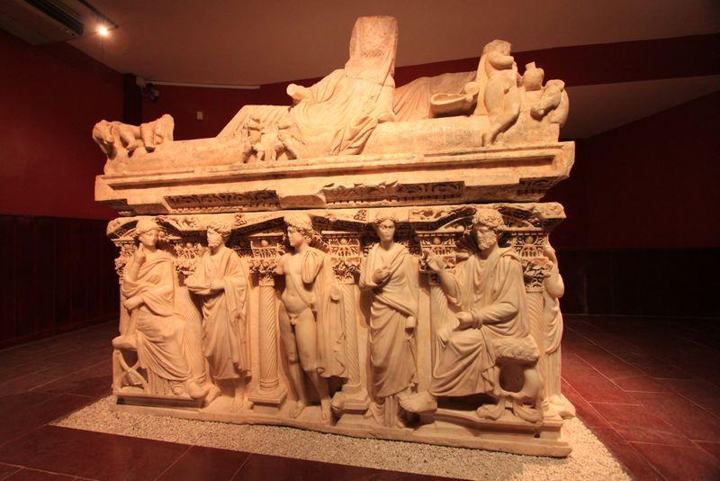 antakya lahdi vinç yardımıyla yeni müzeye taşındı