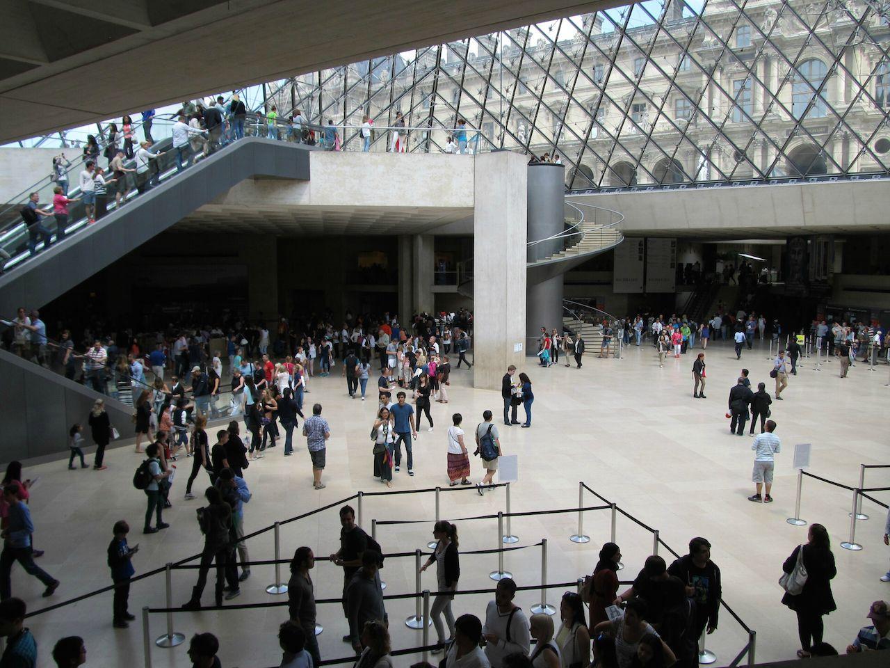 tepkili arkeologlar louvre müzesinde protesto yaptı