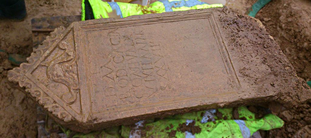 ingiltere'nin cincester kasabasında eşine ender rastlanan bir mezar taşı bulundu