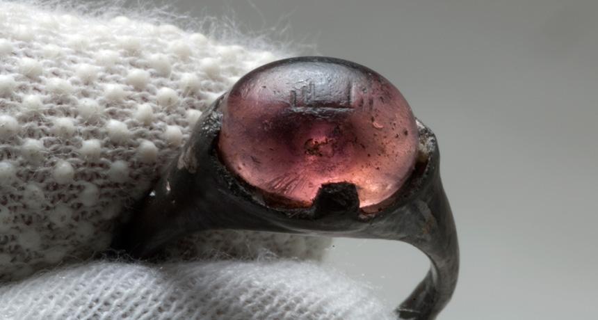 9 yy. ait bir yüzük İslam dünyası ile Vikingler arasındaki ticaret'e işaret ediyor.