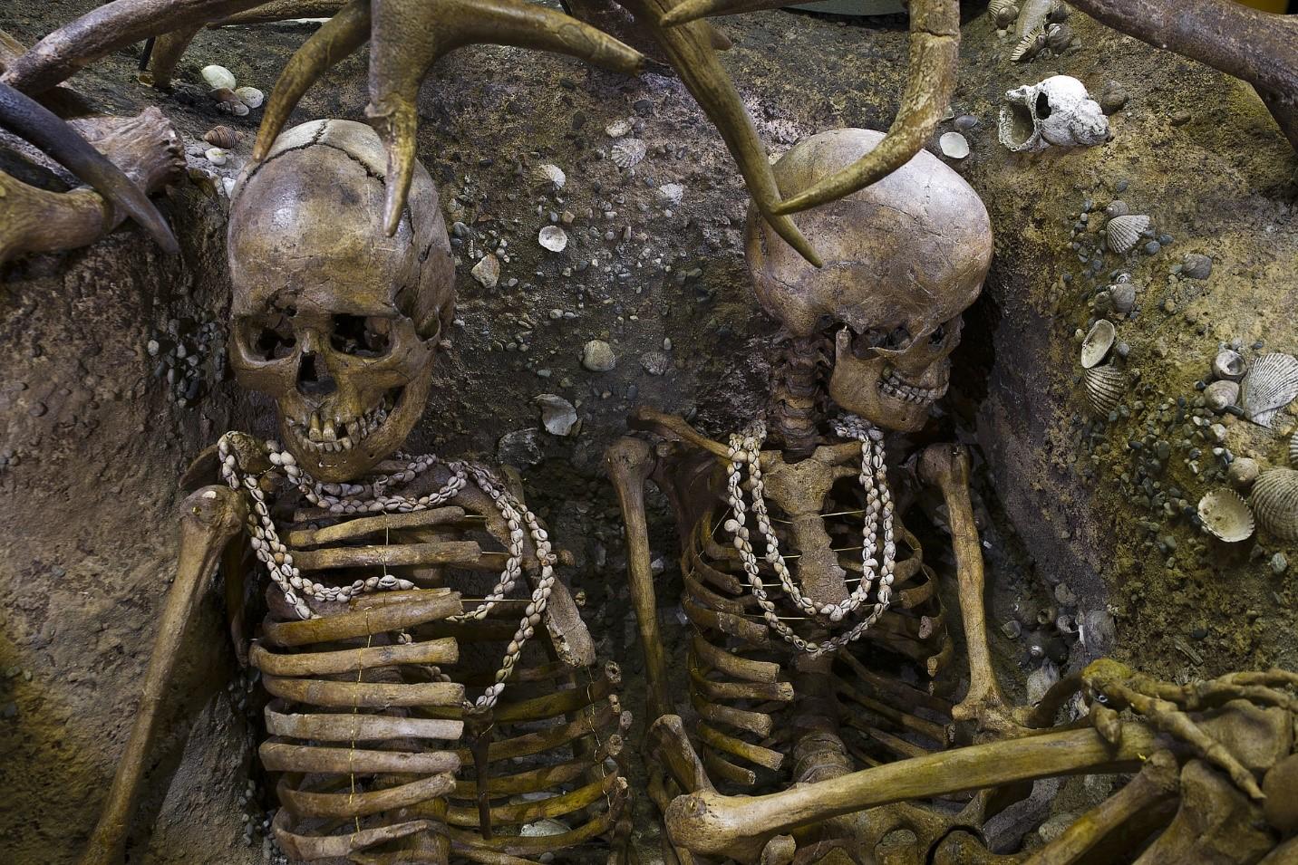 Brittony'de MÖ 5000-7000'ye tarihlenen bir taş devri mezarında, deniz kabukları ve deniz salyangozlarından yapılmış kolyeler takan kadın gömüleri bulundu.