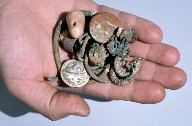 israil'de bir mağarada büyük iskender zamanından gümüş sikkeler bulundu