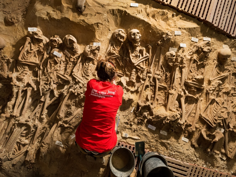Fransa'nın başkentinde marketin altında toplu mezar çıktı