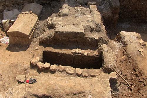bodrumda tesadüfen bulunan mezar