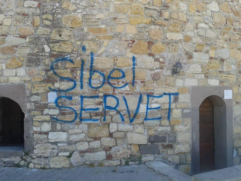 500 yıllık çeşme kalesine sprey boya tahribatı