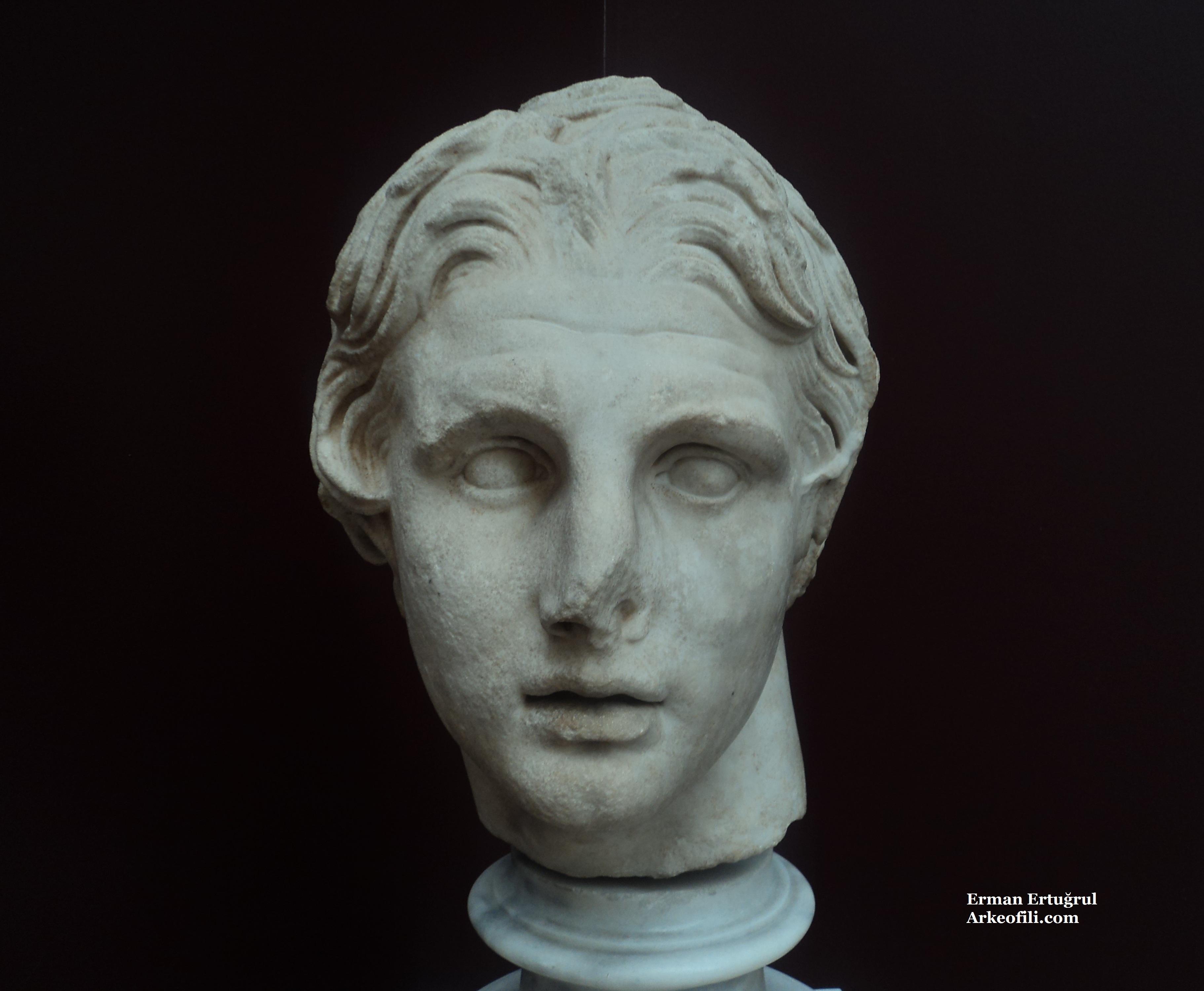 istanbul arkeoloji müzesinde sergilenen arkeolojik heykeller