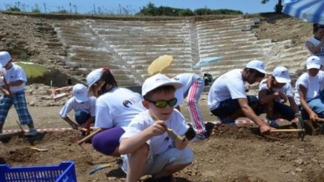 Çocuklar Antik Kentte Arkeolojik Kazı Yaptı