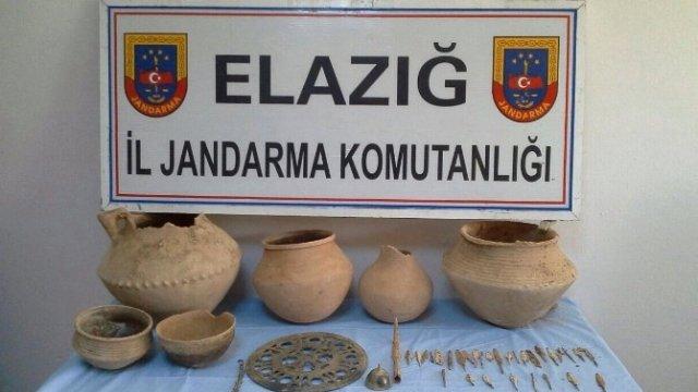 Elazığ'da Kaçakçılar 53 Tarihi Eser ile Yakalandı