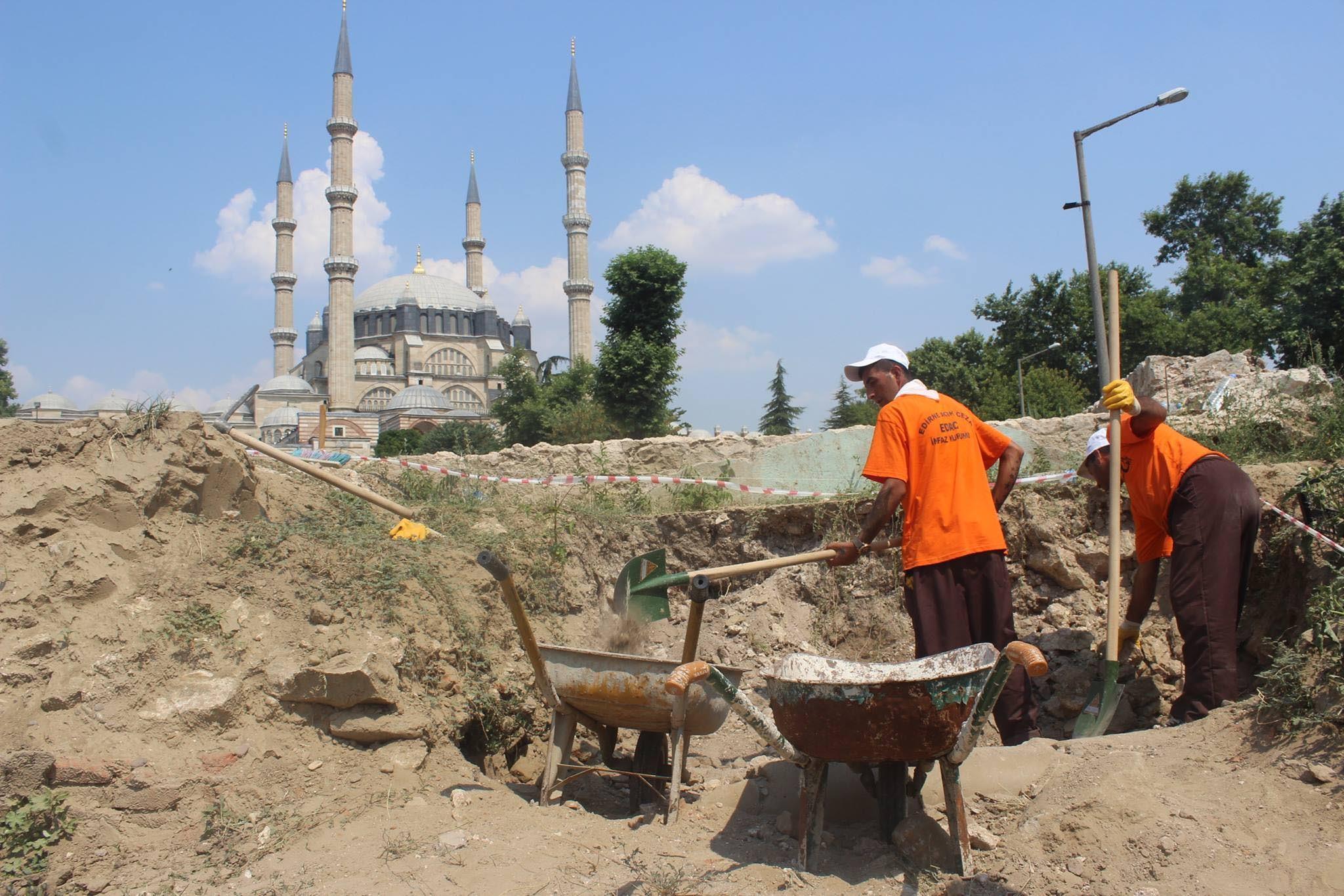 Edirne'deki Tarihi Yemiş Kapanı Hanı'nda Mahkumlar Kazıyor