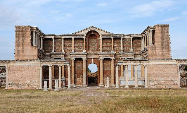 Antik çağda Lidya Krallığı'nın başkenti olan Sardes Antik Kenti 1958'den beri bilimsel olarak kazılmaya devam ediyor.