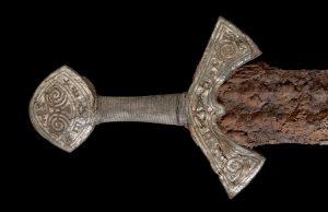 Norveç'te bulunan altın işlemeli ve henüz deşifre edilememiş süslemelerle kaplı olağanüstü kılıcın Vikinglerin son dönemlerine tarihlendiği düşünülüyor.