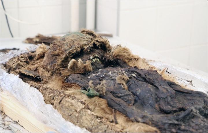 rusya kutuplarında mezar hediyeleri doğall mumya çocuk