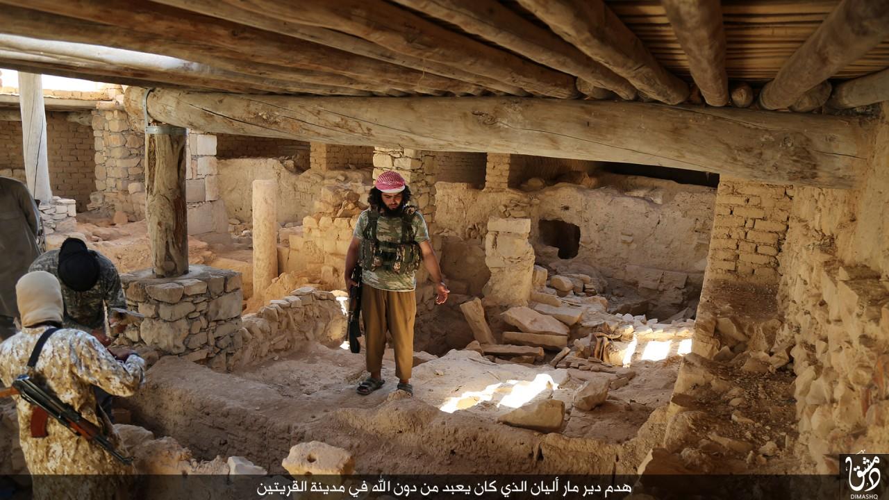 IŞİD 1500 Yıllık Manastırı Buldozerle Yıktı