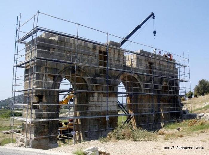 Patara Antik Kenti'ndeki Zafer Takı Restore Ediliyor