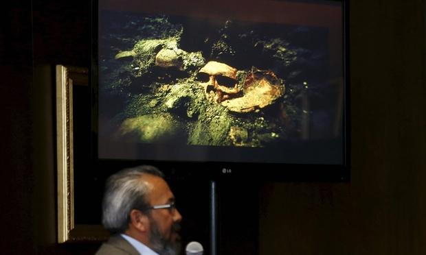 """Arkeolog """" Görebildiğimiz 35 kafatası var, fakat alttaki tabakalarda çok daha fazlası bulunuyor"""" diyor. Görsel: Henry Romero/Reuters"""