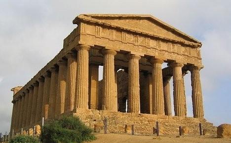 Öğrenciler, Sicilya Tapınaklar Vadisin'de iki erkek iskelet gün ışığına çıkardılar. Bu iskeletler, tapınağın Klasik Sonrası Dönem tarihine yeniden ışık tutacak. Fotoğraf: Evan Erickson/Wikimedia