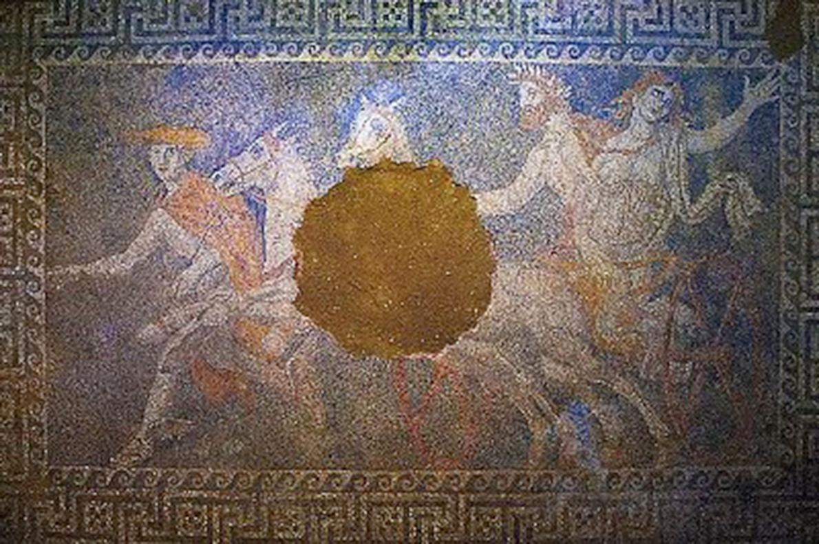 Geçen yıl Yunanistan'ın kuzeyindeki Amphipolis antik kentinde,  mermer duvarlı bir mezar içinde keşfedilen mozaik, mezarın Büyük İskender'in ailesinden birine ait olduğu spekülasyonlarını doğurdu.  Fotoğraf: Aristidis Vafeiadakis/ZUMA Press/Corbis