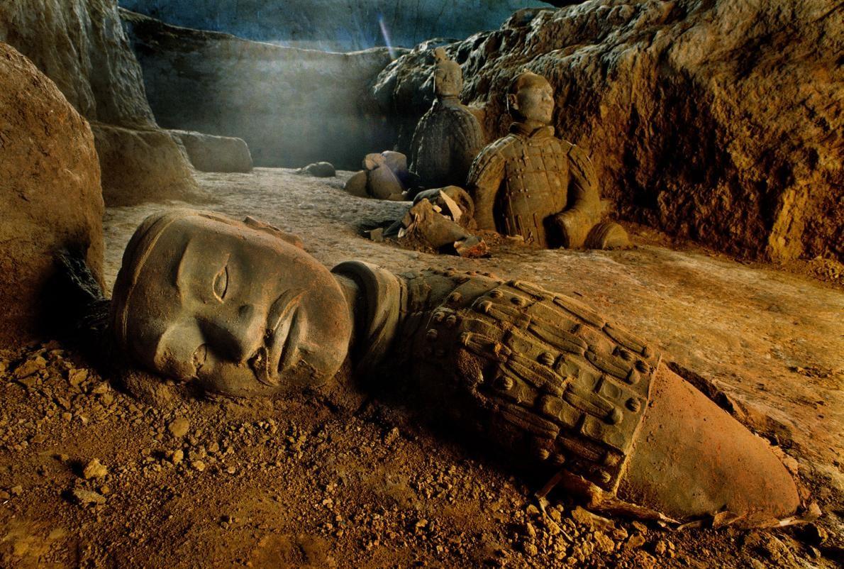 Gerçek gibi görünen kilden yapılma askerler, Çin'in ilk imparatoru Çin Şi Huang'ın mezarını koruyor. Arkeologlar, imparatorun mezarının bulunduğu höyükteki karanlık sırları aydınlatmaya çalışıyorlar. Fotoğraf: O. Louis Mazztenta, National Geographic Creative
