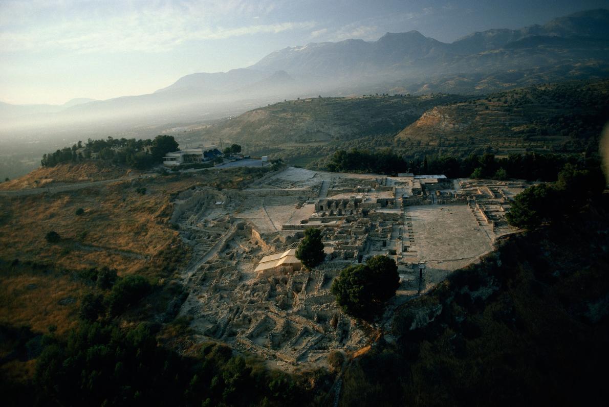 Girit Adası'nda yer alan Phaistos, Girit Uygarlığı'nın en önemli merkezlerinden biriydi.  Güçlü bilgisayarlar,  Giritliler'in kullandığı Linear A denilen esrarengiz yazma stilinin deşifre edilmesine yardımcı olabilir.  Fotoğraf: Gordon Gahan, National Geographic Creative