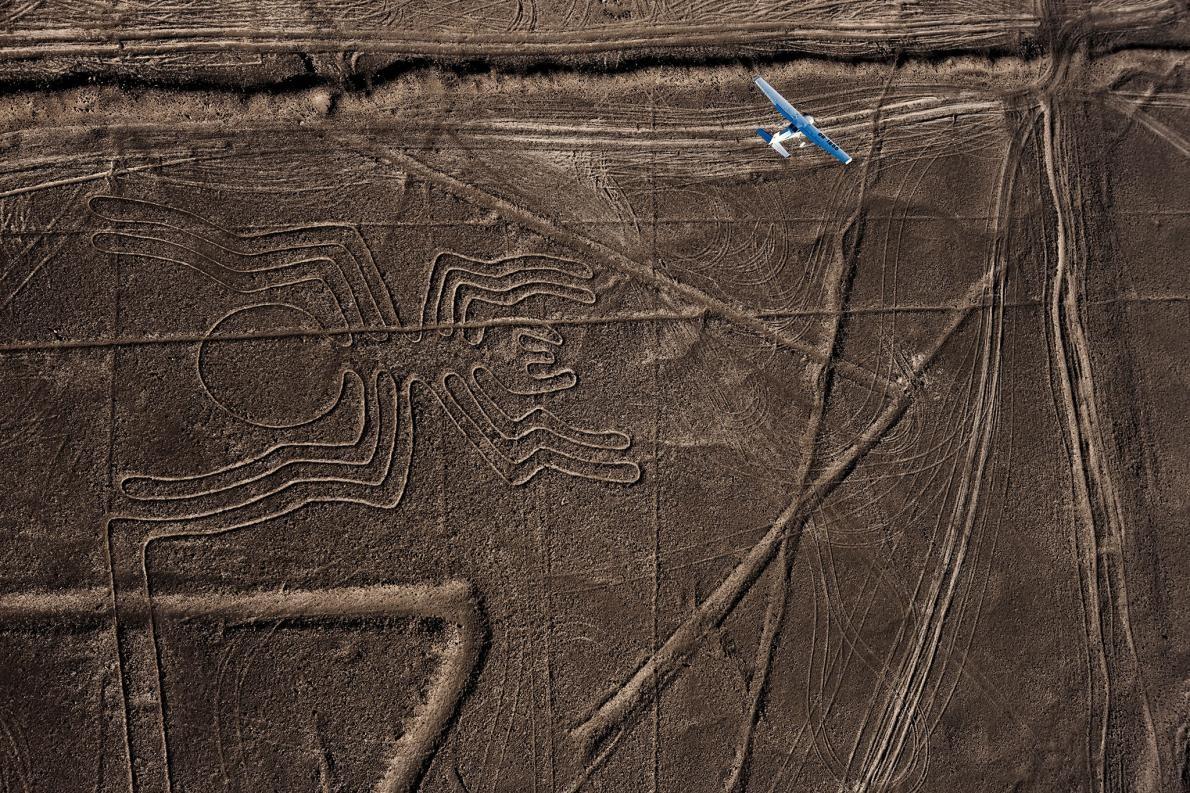 Güney Peru'nun çöllerinde toprağa işlenmiş dev çizgiler,  1920'lerde ilk keşfedildikleri günden bu yana onları havadan görenlere ilham veriyor.  Fotoğraf: Robert Clark, National Geographic Creative
