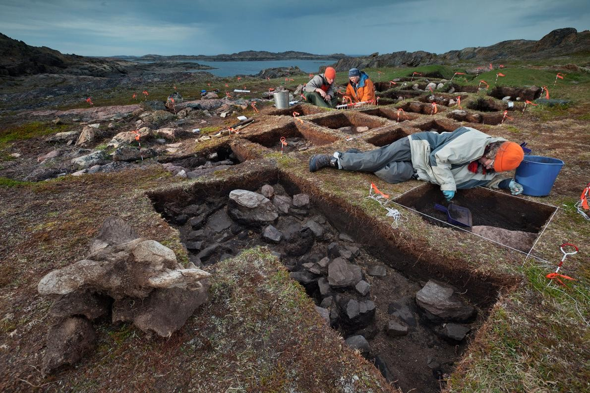 Arkeolog Patricia Sutherland (turuncu ceketli) ve çalışma arkadaşları, bir Viking karakolu olduğuna inandıkları yapının kalıntılarını ortaya çıkarırken. Fotoğraf: David Coventry, National Geographic Creative