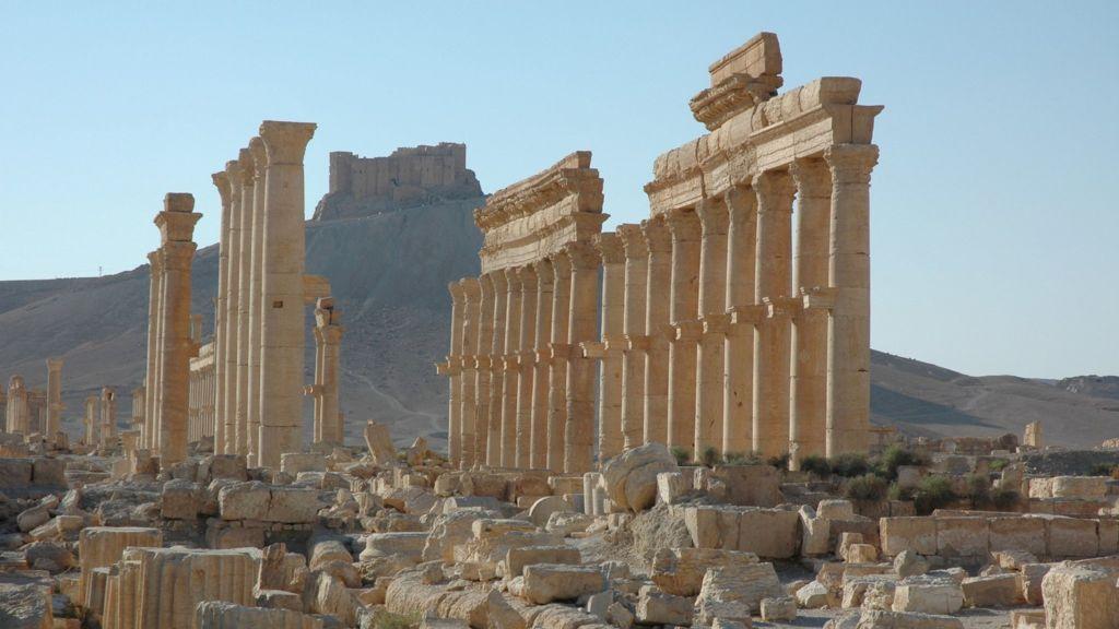 IŞİD Tutsaklarını İdam Etmek İçin Palmira Sütunlarını Patlattı