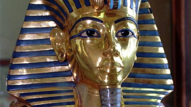Epoksi ile Yapıştırılan Tutankamon'un Sakalı Onarılıyor