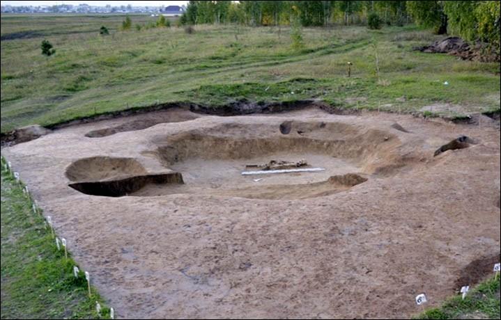 """""""Mezar tepelerinin Neolitik Çağ'da, yani Bronz Çağı'ndan çok daha erken bir dönemde ortaya çıktığı öne sürülebilir."""" Fotoğraf: KemSU"""