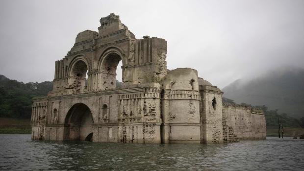 Meksika'da Su Seviyesi Azalınca Baraj Gölünden Kilise Çıktı