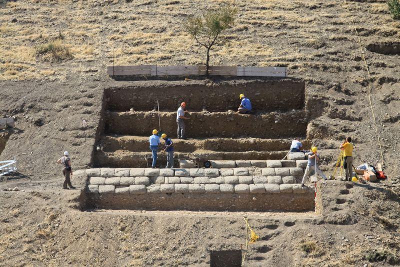 Yığma Tepe'nin çevre duvarındaki kazı çalışmaları. F: Alman Arkeoloji Enstitüsü