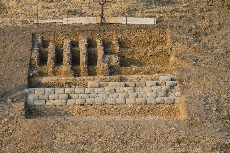 Çevre duvarının yukarı kısmındaki duvar sıraları. F: Alman Arkeoloji Enstitüsü