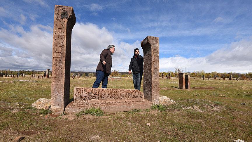 Selçuklu Mezarlığı'nda Allah'ın 99 İsminin Geçtiği Mezartaşı Bulundu