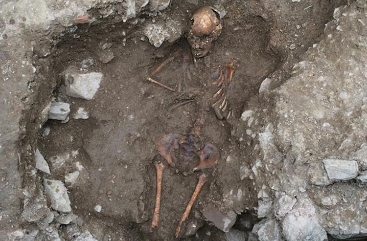 İtalya'da Cadı Olduğu Düşünülerek Yakılan Bir Kıza Ait İskeleti Bulundu