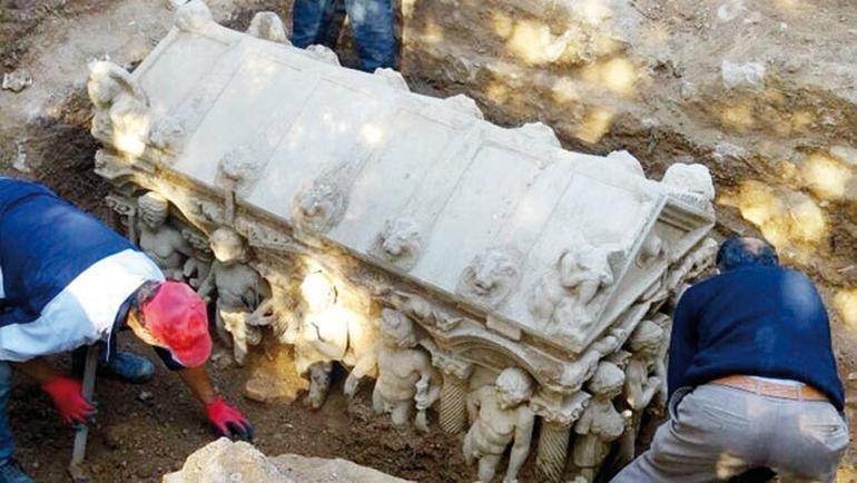 İznik'te Çiftçinin Bulduğu 7 Tonluk Lahit Müzeye Taşındı