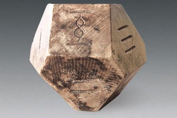 """Arkeologlar bu 14 yüzlü zarın, 1,500 yıldır oynanmayan """"bo"""" adlı oyunu oynamak için kullanıldığına inanıyorlar. Fotoğraf: Chinese Cultural Relics"""