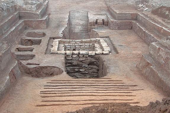 2,300 yıllık mezarın panoramik bir görüntüsü ve mezar odasına çıkan iki rampa da fotoğrafta görülebiliyor. Fotoğraf: Chinese Cultural Relics
