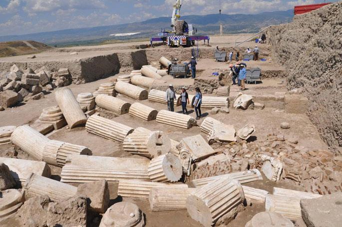 Laodikya'da Depremde Yıkılan 1520 Yıllık Sütunlar Bulundu