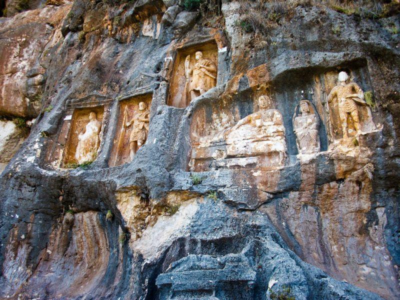 Mersin'deki 2000 Yıllık Adamkayalar Defineciler Yüzünden Yok Oluyor