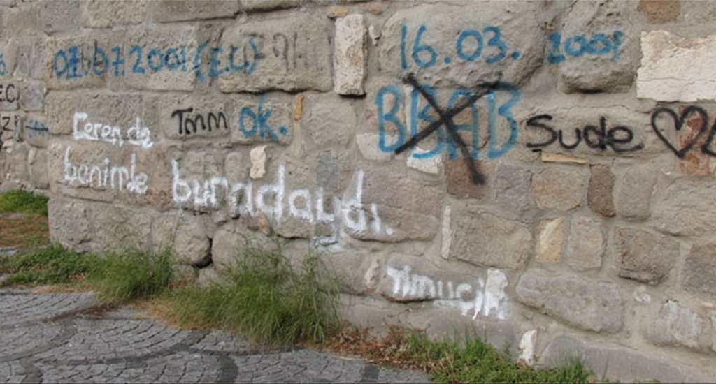 Tarihi Amasra Kalesi'nin Duvarlarına Sprey Boya ile İsimler Yazıldı