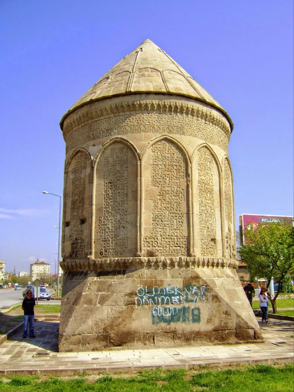 Kayseri'de Selçuklu Kümbetinin Duvarına Sprey Boya ile Yazı Yazıldı