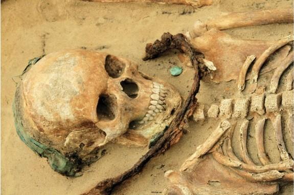Mezarlıkta yer alan ve boynunda orakla gömülmüş bu genç kızı muhtemelen kötü ruhlardan uzak tutmak istiyorlardı. Ayrıca kızın bakır bir saç bandı ve sikke ile birlikte gömüldüğü keşfedildi. Kaynak: Polcyn et al. Antiquity 2015, DOI: 10.15184/aqy.2015.129