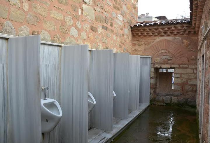 500 Yıllık Cami Duvarına Modern Pisuvarlar Monte Edildi