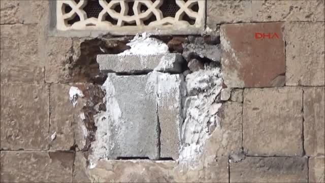 Bitlis'te Tarihi Caminin Duvarından Taş Çalındı