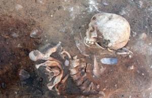 Almanya'daki 8500 Yıllık Mezarlıkta Dikey Gömülmüş İskelet Bulundu