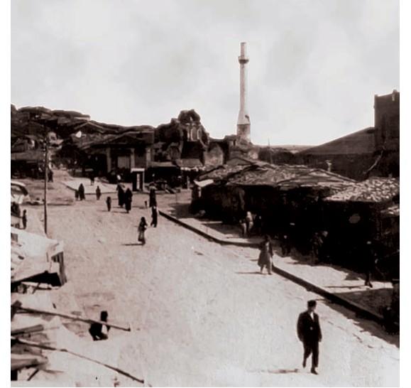 Kilisenin minaresinin gözüktüğü eski bir fotoğraf.