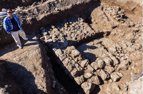 Ronit Lupo (kazı başkanı) kazıda ortaya çıkarılan yapılardan birinin yanında.