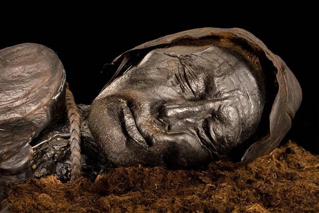 Tollund Adamı olarak bilinen bu ölü Danimarka'da bir bataklıkta bulundu.