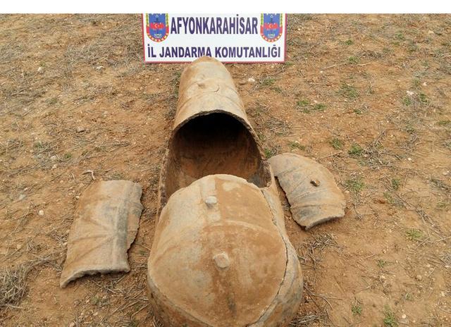 Afyon'da Tarla Sürerken 1600 Yıllık Lahit bulundu
